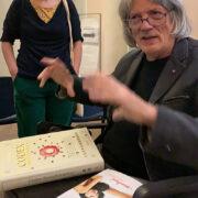 Luigi Serafini gesticola e spiega le illutrazioni del Codex Seraphinianus