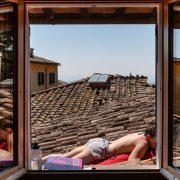 Figlia di Marco Giugliarelli mentre prende il sole nel tetto di casa