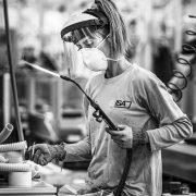 Isa di Bastia Umbria - operaia al lavoro durante la quarantena