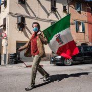 Uomo con bandiera ANPI nella festa del 25 aprile festa della liberazione - foto di Marco Giugliarelli