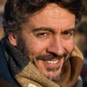 Andrea Luccioli foto con la sciarpa mentre sorride